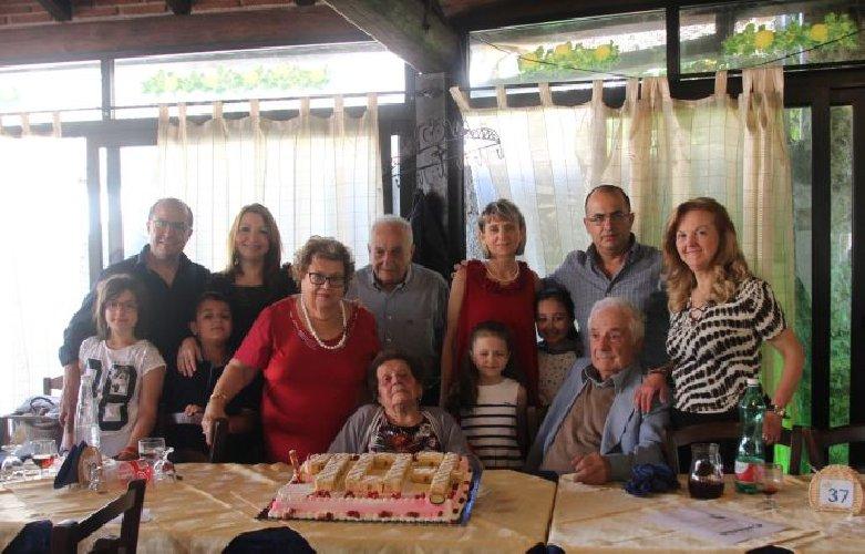 https://www.ragusanews.com//immagini_articoli/12-06-2018/nonna-domenica-compio-anni-mangio-torta-500.jpg