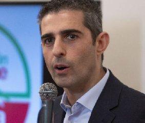 https://www.ragusanews.com//immagini_articoli/12-06-2019/il-sindaco-di-parma-pizzarotti-a-ragusa-240.jpg