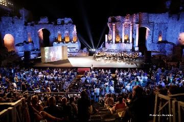 https://www.ragusanews.com//immagini_articoli/12-06-2020/il-taormina-film-fest-dall-11-luglio-240.jpg