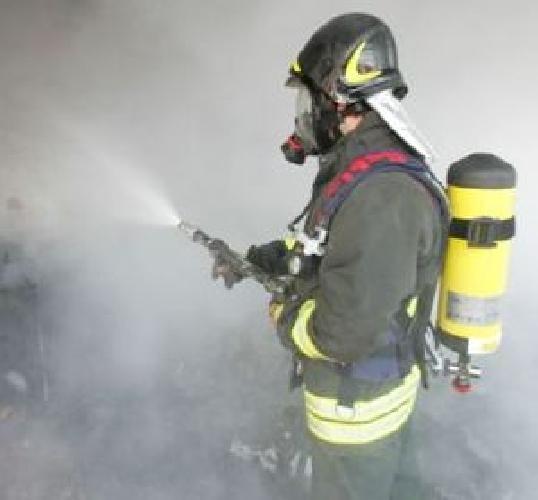 http://www.ragusanews.com//immagini_articoli/12-07-2015/incendiato-capannone-azienda-che-produce-plastica-per-serre-500.jpg