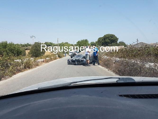 http://www.ragusanews.com//immagini_articoli/12-07-2016/cappotta-un-auto-sulla-strada-per-frigintini-un-ferito-500.jpg