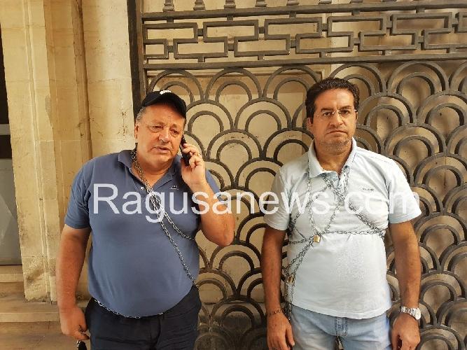 http://www.ragusanews.com//immagini_articoli/12-07-2017/ferro-giacchi-incatenano-davanti-prefettura-500.jpg