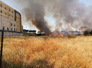http://www.ragusanews.com//immagini_articoli/12-07-2017/incendio-lambisce-lospedale-vittoria-240.jpg
