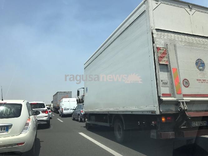 https://www.ragusanews.com//immagini_articoli/12-07-2017/incendio-sullautostrada-siracusacatania-traffico-bloccato-500.jpg