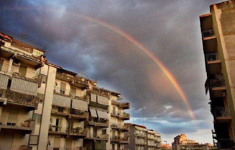 https://www.ragusanews.com//immagini_articoli/12-07-2018/foto-arcobaleno-senza-pioggia-catania-500.jpg