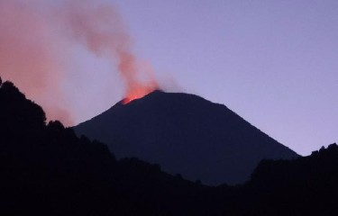 https://www.ragusanews.com//immagini_articoli/12-07-2020/l-etna-e-in-eruzione-240.jpg