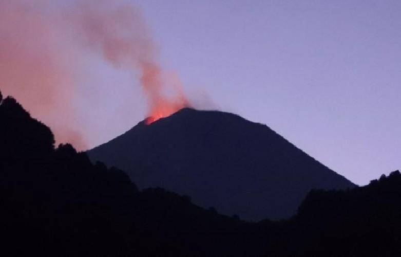 https://www.ragusanews.com//immagini_articoli/12-07-2020/l-etna-e-in-eruzione-500.jpg