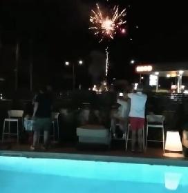 https://www.ragusanews.com//immagini_articoli/12-07-2021/modica-fuochi-d-artificio-a-bordo-piscina-o-via-con-la-pazza-folla-video-280.jpg