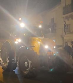 https://www.ragusanews.com//immagini_articoli/12-07-2021/trattore-a-scicli-camion-a-ispica-i-video-della-notte-ragusana-280.jpg