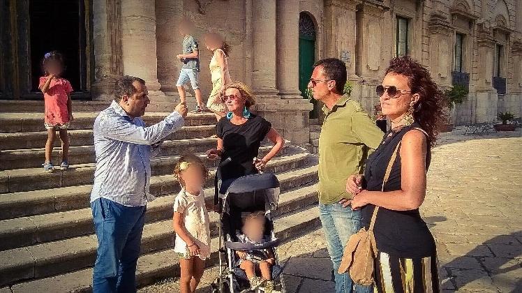 http://www.ragusanews.com//immagini_articoli/12-08-2016/il-ministro-lorenzin-a-passeggio-per-scicli-420.jpg