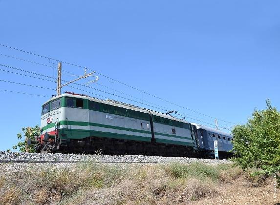 https://www.ragusanews.com//immagini_articoli/12-08-2016/treno-del-mito-da-catania-a-taormina-420.jpg