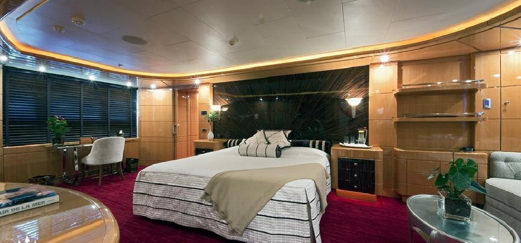 https://www.ragusanews.com//immagini_articoli/12-08-2018/1534102203-yacht-lady-approdato-ortigia-1-500.png
