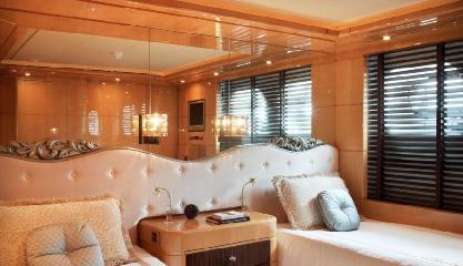https://www.ragusanews.com//immagini_articoli/12-08-2018/1534102204-yacht-lady-approdato-ortigia-3-240.png