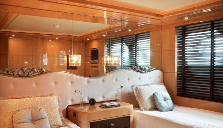 https://www.ragusanews.com//immagini_articoli/12-08-2018/1534102204-yacht-lady-approdato-ortigia-3-500.png