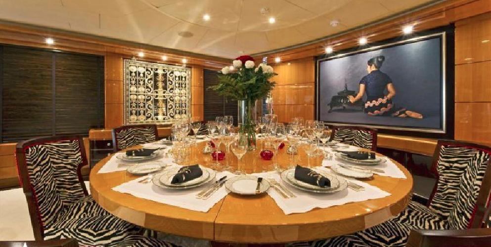 https://www.ragusanews.com//immagini_articoli/12-08-2018/1534102317-yacht-lady-approdato-ortigia-2-500.png