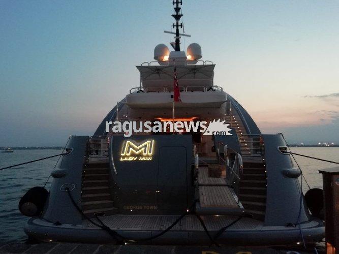 https://www.ragusanews.com//immagini_articoli/12-08-2018/yacht-lady-approdato-ortigia-500.jpg