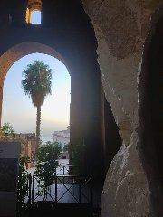 https://www.ragusanews.com//immagini_articoli/12-08-2019/al-teatro-antico-di-taormina-in-mostra-respiro-scultura-di-giacomo-rizzo-240.jpg