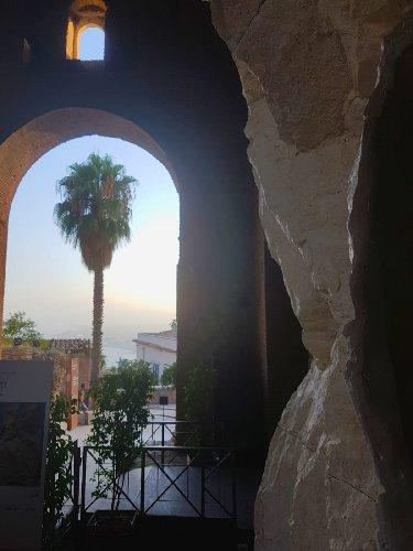 https://www.ragusanews.com//immagini_articoli/12-08-2019/al-teatro-antico-di-taormina-in-mostra-respiro-scultura-di-giacomo-rizzo-500.jpg
