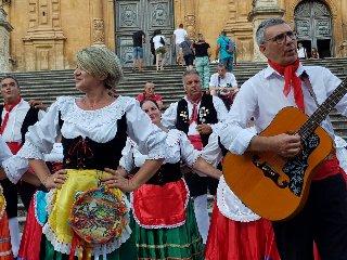 https://www.ragusanews.com//immagini_articoli/12-08-2019/le-associazioni-in-siciliane-in-lombardia-a-modica-240.jpg