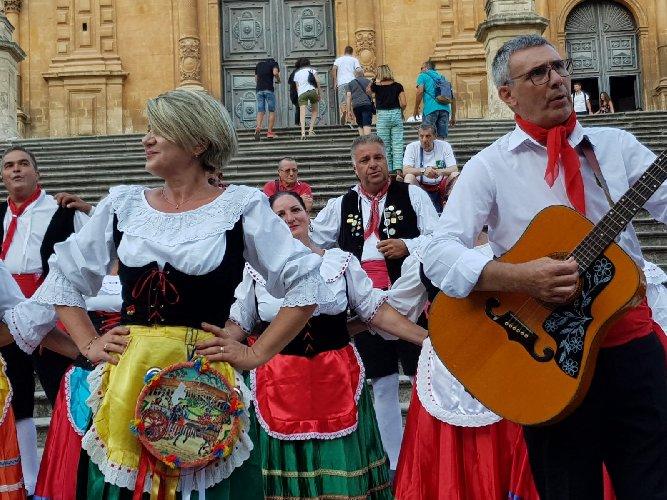 https://www.ragusanews.com//immagini_articoli/12-08-2019/le-associazioni-in-siciliane-in-lombardia-a-modica-500.jpg