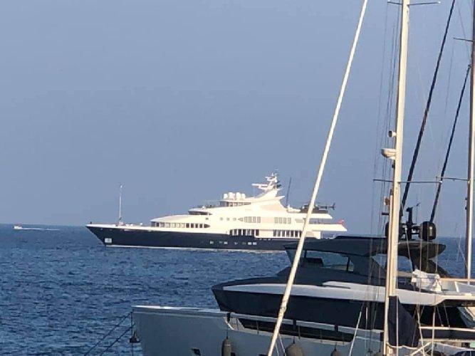 https://www.ragusanews.com//immagini_articoli/12-08-2019/yacht-e-arrivato-samar-77-metri-con-elicottero-prego-500.jpg