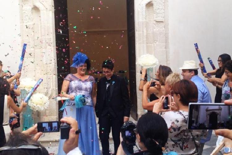 http://www.ragusanews.com//immagini_articoli/12-09-2014/due-donne-si-sono-sposate-a-siracusa-500.jpg