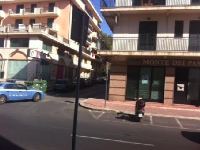 http://www.ragusanews.com//immagini_articoli/12-09-2014/va-in-banca-a-versare-15-mila-euro-scippato-presi-due-catanesi-500.jpg
