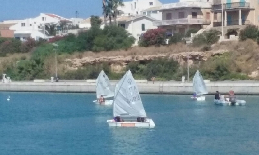 http://www.ragusanews.com//immagini_articoli/12-09-2017/bimbi-polacchi-scoprono-vela-marina-ragusa-500.jpg