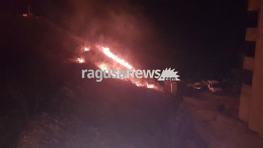 http://www.ragusanews.com//immagini_articoli/12-09-2017/chiaramonte-ancora-incendio-vito-500.jpg