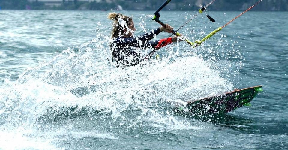 http://www.ragusanews.com//immagini_articoli/12-09-2017/soccorso-kitesurfista-maganuco-500.jpg