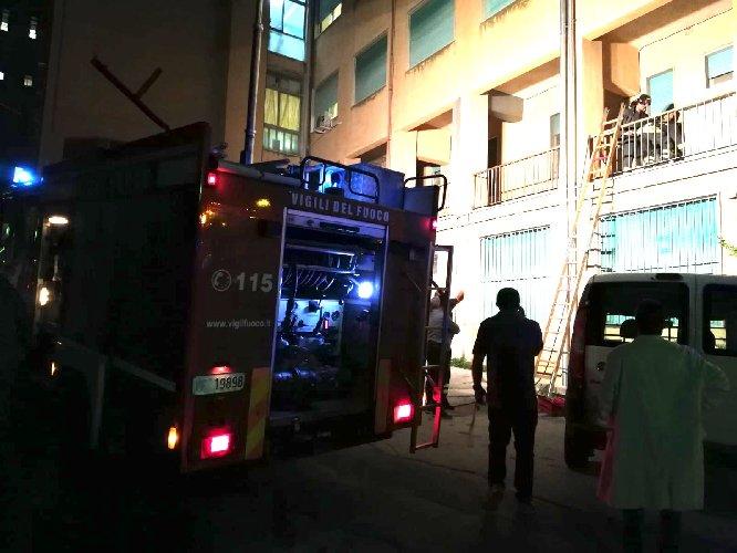 https://www.ragusanews.com//immagini_articoli/12-09-2018/ragusa-fuoco-reparto-malattie-infettive-ospedale-500.jpg