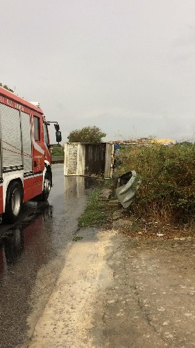 https://www.ragusanews.com//immagini_articoli/12-09-2020/modica-autocarro-si-ribalta-sotto-la-pioggia-500.jpg