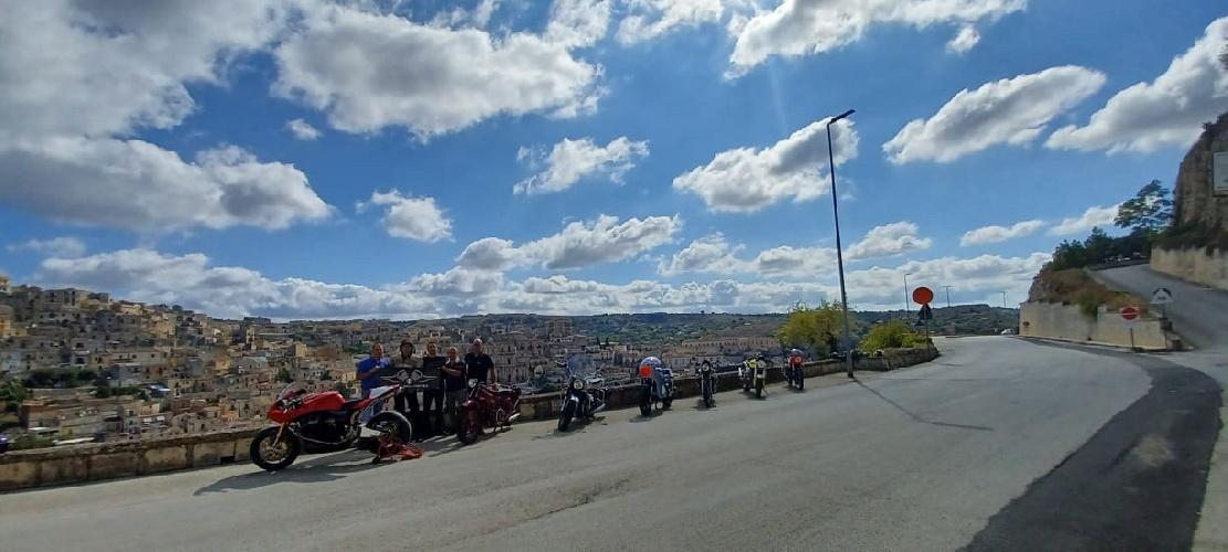 https://www.ragusanews.com//immagini_articoli/12-09-2021/1631457901-moto-guzzi-d-epoca-e-rare-per-le-strade-siciliane-2-500.jpg