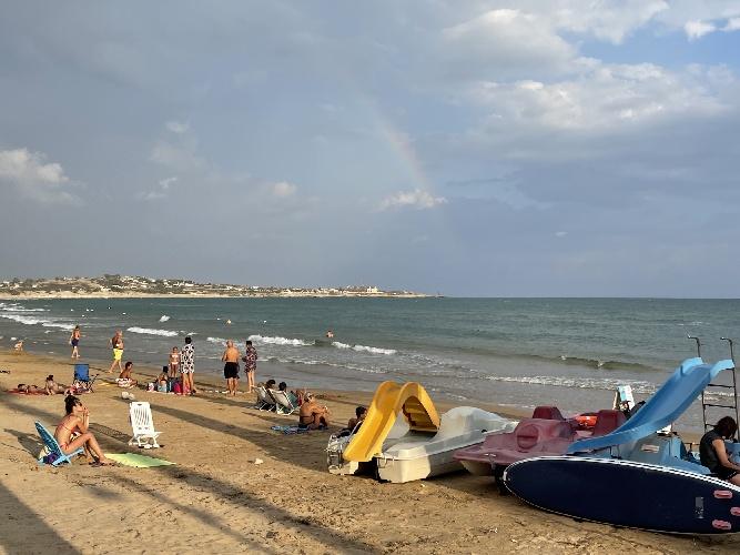 https://www.ragusanews.com//immagini_articoli/12-09-2021/sampieri-sole-arcobaleno-pioggia-fuggi-fuggi-video-500.jpg