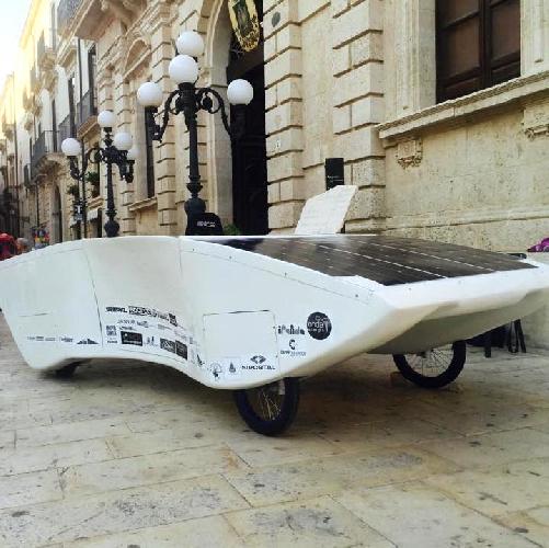 http://www.ragusanews.com//immagini_articoli/12-10-2015/volkswagen-umiliata-nasce-a-siracusa-l-auto-solare-video-500.jpg