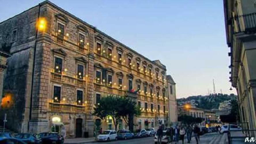 http://www.ragusanews.com//immagini_articoli/12-10-2017/contestata-illuminazione-palazzo-studi-modica-500.jpg