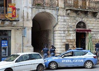 https://www.ragusanews.com//immagini_articoli/12-10-2018/modica-tentano-furto-casa-arresti-240.jpg