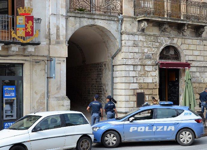 https://www.ragusanews.com//immagini_articoli/12-10-2018/modica-tentano-furto-casa-arresti-500.jpg
