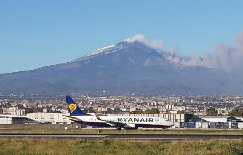 https://www.ragusanews.com//immagini_articoli/12-10-2019/etna-riaperto-lo-spazio-aereo-su-catania-500.jpg