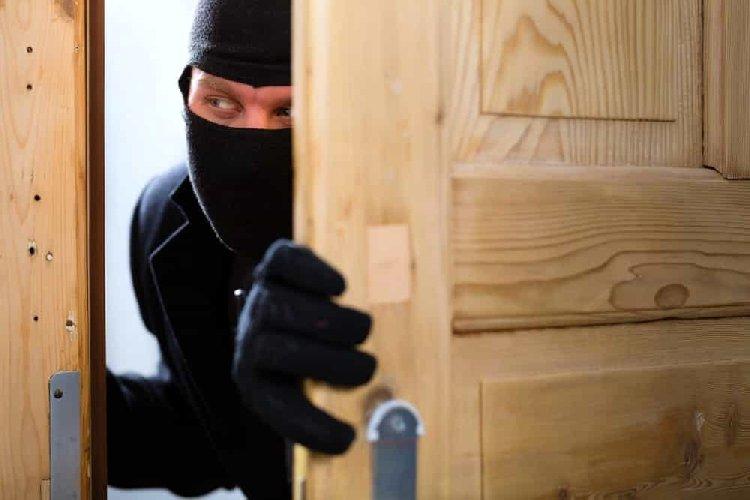 https://www.ragusanews.com//immagini_articoli/12-10-2020/furto-in-pieno-giorno-in-una-casa-alla-sorda-500.jpg