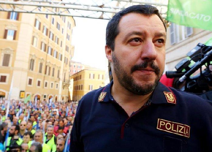 https://www.ragusanews.com//immagini_articoli/12-11-2018/salvini-mandero-poliziotti-ragusa-500.jpg