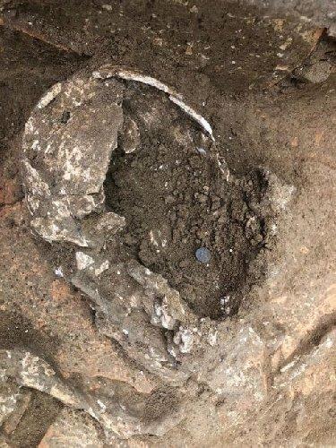 https://www.ragusanews.com//immagini_articoli/12-11-2019/lo-scheletro-con-la-moneta-per-pagare-caronte-500.jpg