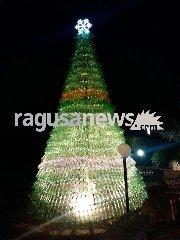 http://www.ragusanews.com//immagini_articoli/12-12-2017/lalbero-natale-fatto-2200-bottiglie-plastica-240.jpg