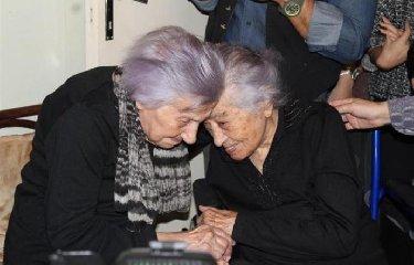 http://www.ragusanews.com//immagini_articoli/12-12-2017/signora-festeggia-anni-sorella-dedd-240.jpg