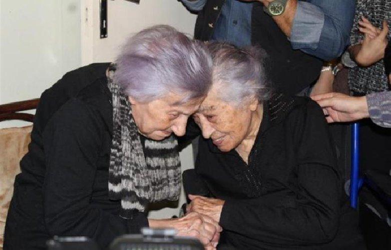 https://www.ragusanews.com//immagini_articoli/12-12-2017/signora-festeggia-anni-sorella-dedd-500.jpg