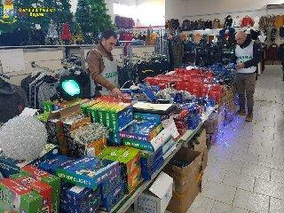 https://www.ragusanews.com//immagini_articoli/12-12-2018/sequestrati-mila-articoli-sicuri-tutto-ragusano-240.jpg
