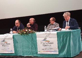 https://www.ragusanews.com//immagini_articoli/12-12-2019/lavventura-di-carola-rackete-al-vittoria-film-fest-240.jpg