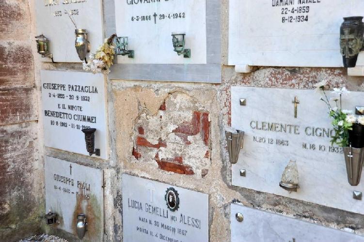 http://www.ragusanews.com//immagini_articoli/13-01-2016/lapide-danneggiata-al-cimitero-500.jpg