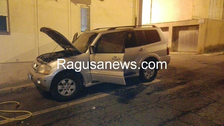 http://www.ragusanews.com//immagini_articoli/13-01-2017/incendiato-fuoristrada-420.jpg