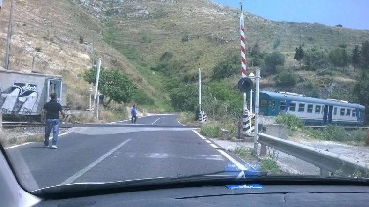 http://www.ragusanews.com//immagini_articoli/13-01-2017/passa-treno-passaggio-livello-aperto-420.jpg